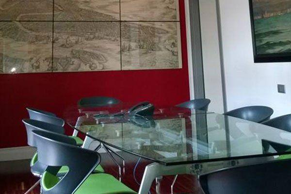 un tavolo di vetro con delle sedie