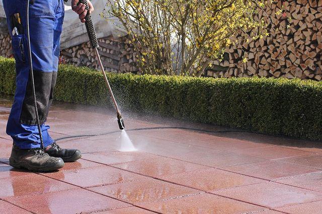 Un impiegato che sta lavando il pavimento