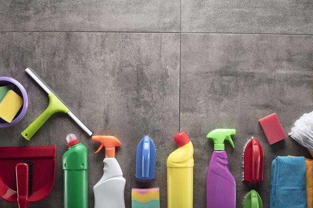 Prodotti in primo piano: strofinacci,spazzole,guanti,spruzzatori,spugne...