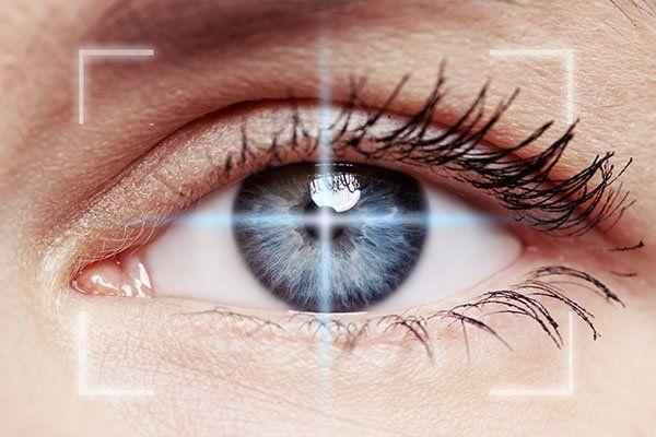 un obiettivo focalizzato su un occhio color grigio