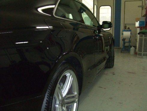 macchina nera in autofficina