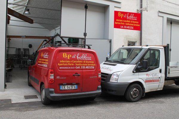 Furgoni parcheggiati a marchio BP il fabbro