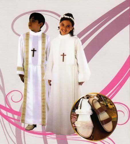 27054e39e749 Un bambino e una bambina indossano due abiti da comunione