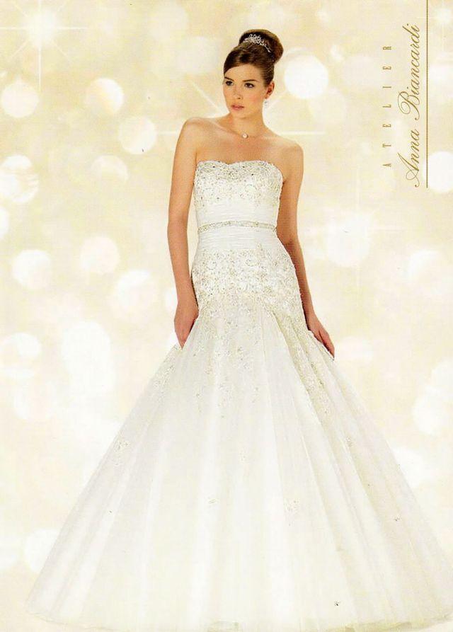 modella con abito da sposa linea curvy