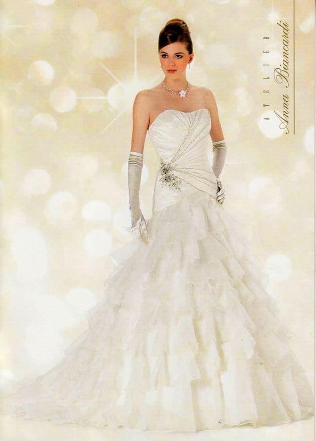 Modella con abito da sposa dell'atelier Anna Biancardi