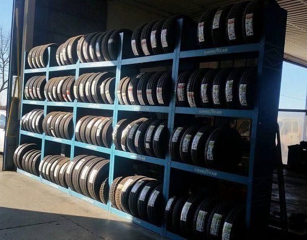 Scaffali multipli pieni di pneumatici