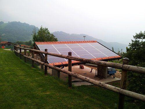 recinzione in un campo con pannelli solari