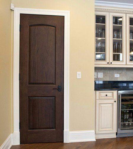 una stanza con un letto singolo, un armadio in legno, un comò' e un comodino