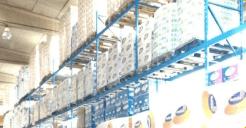 scaffale con prodotti per la casa imballati