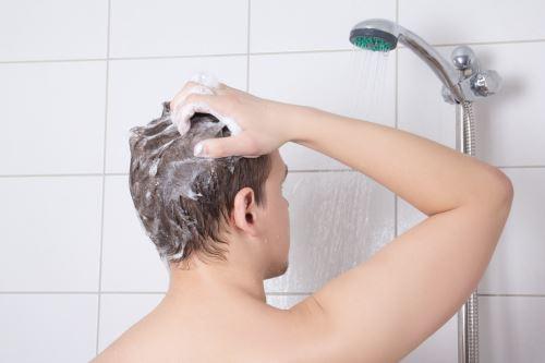 un ragazzo che si fa la doccia