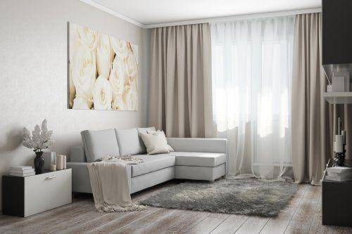 un divano di color grigio e delle tende beige