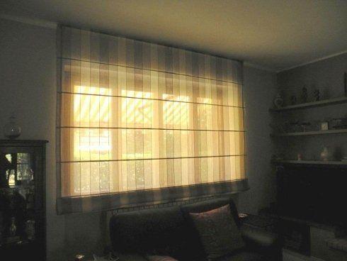 delle tende bianche appese davanti a una finestra