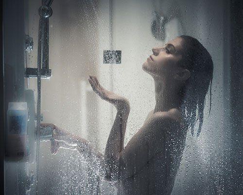 Donna assaporando la doccia