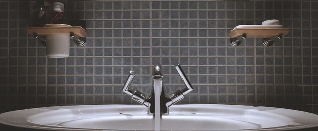 Bagno futurista con cabina doccia e idromassaggio e tutto assolutamente bianco