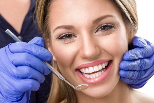 ragazza che sorride dal dentista