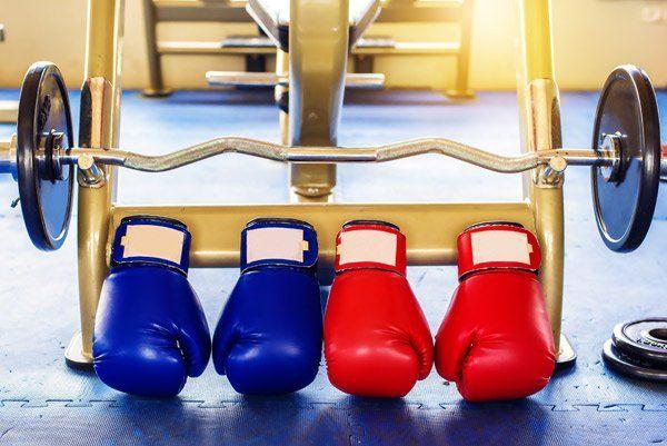 Due paia di guantoni da boxe, uno blù e uno rosso