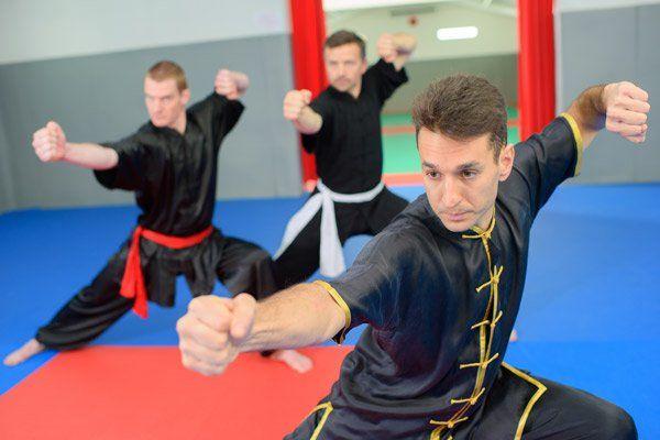 Maestro con due allievi in una lezione di Kung Fu