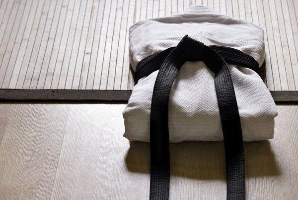 Kimono piegato completo di cintura nera