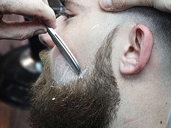 taglio barba con rasoio nella Antica Barberia Italiana