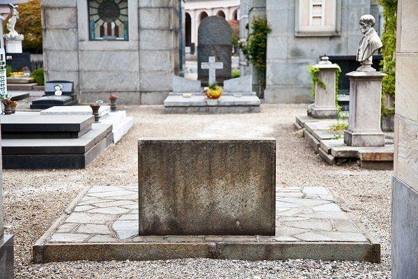 Vista di un cimitero, tombe,lapide,busti e fiori