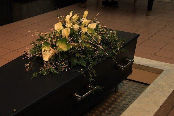 Bara nera coperta con una composizione floreale