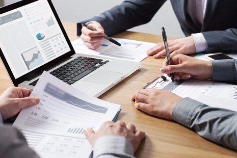 professionisti che si consultano in merito a report finanziari