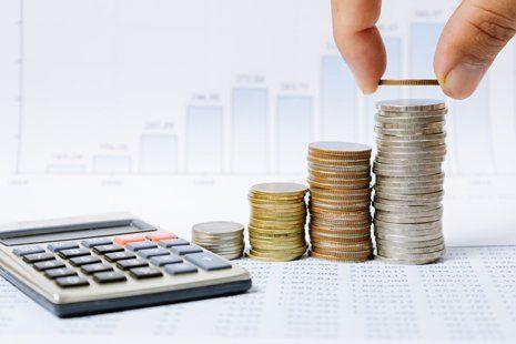 pila di monete con calcolatrice