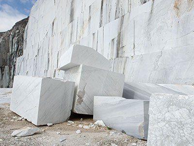 blocchi di marmo in una cava