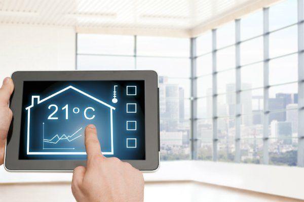una mano con un tablet con scritta la temperatura della casa