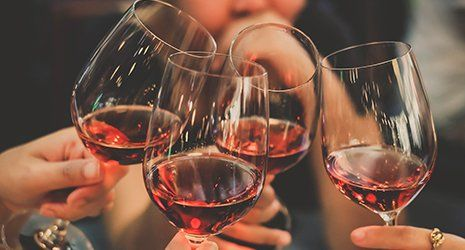 Quattro bicchieri di vino rosso