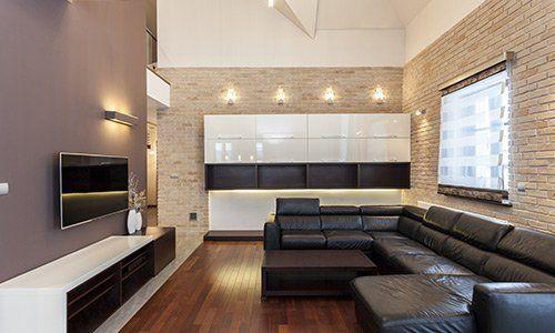 Living moderno con divano in pelle angolare