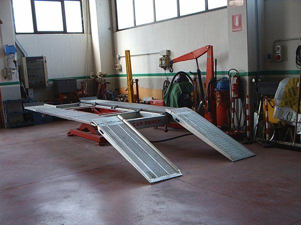 Strumenti per la riparazione auto e installazione di ganci traino alla Carrozzeria Alpicar in Moretta