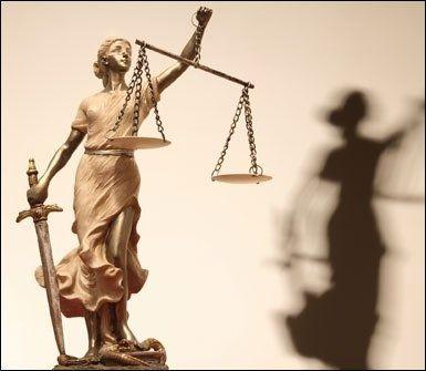 statua della bilancia e spada della giustizia