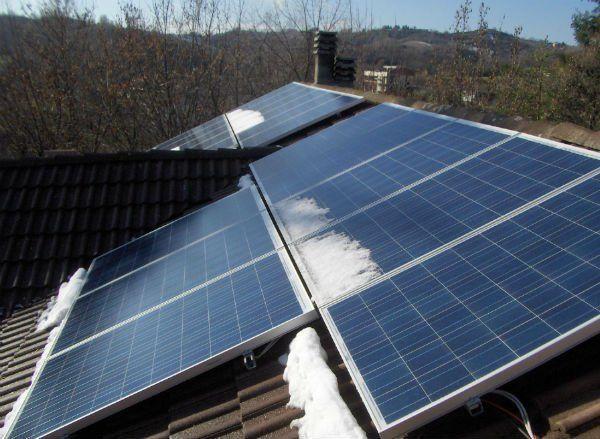 di pannelli solari su un tetto