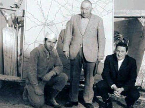 una foto in bianco e nero di tre uomini