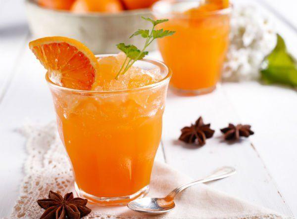 un bicchiere di granita all'arancia