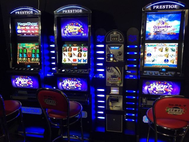 una slot machine in una sala giochi con delle persone