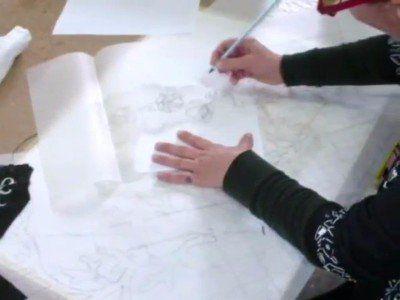 una signora che disegna con una matita su un foglio
