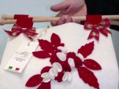 una borsa con dei manici in legno e dei fiocchi rossi