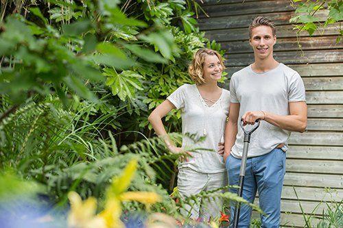 una coppia in un giardino