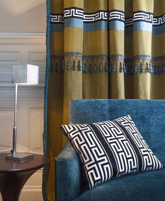 Soggiorno con divano e tende a tappezzeria abbinata