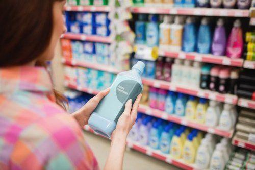 una donna con in mano un prodotto