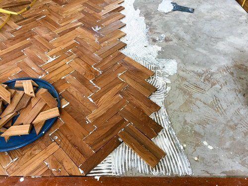 Parquet in costruzione con legni a spina di pesce