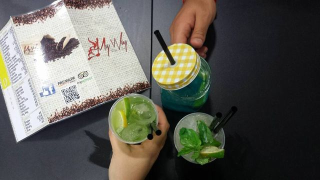 tre cocktail e un menù