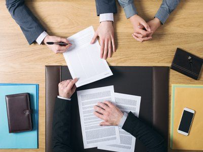 Persone analizzano documenti alla scrivania