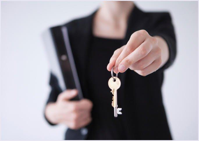mano che regge una chiave