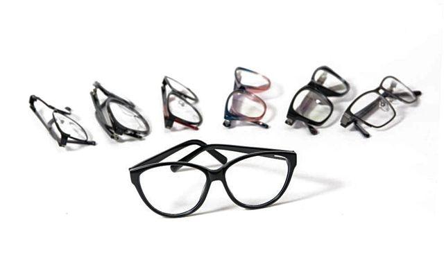 degli occhiali da sole di diversi colori