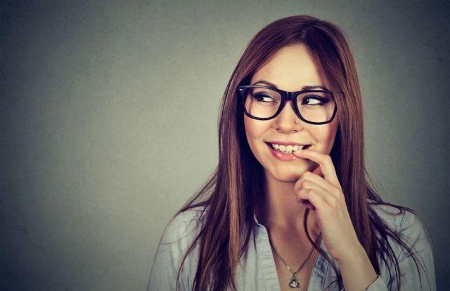 una ragazza con degli occhiali da vista neri