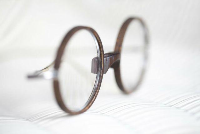 degli occhiali da vista con lenti rotonde