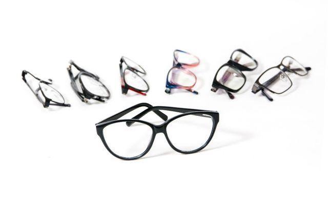 degli occhiali da vista di diversi colori